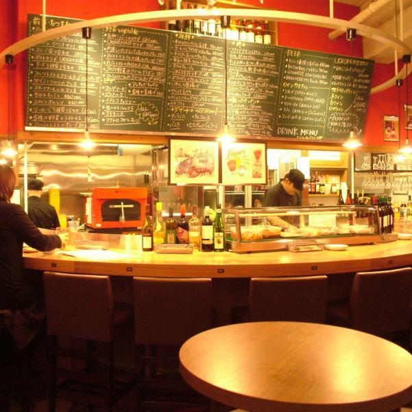 徳島駅前の大人気バル★いつもお客さんでにぎわう空間♪2Fは最大50名様まで宴会ができる空間に。店内の黒板には魚貝尽くしのメニューがずらり!