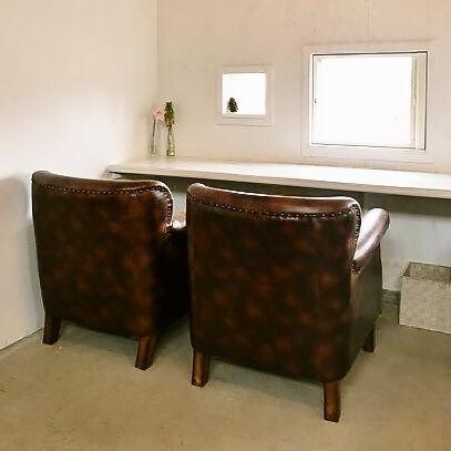 【1~2名様用ソファー カウンター席】高級ソファーでごデートの際など、夫婦やカップルの方は是非こちらをご利用下さいませ♪※ネット予約は席もお選び頂けますのでお早めにご予約下さいませ。