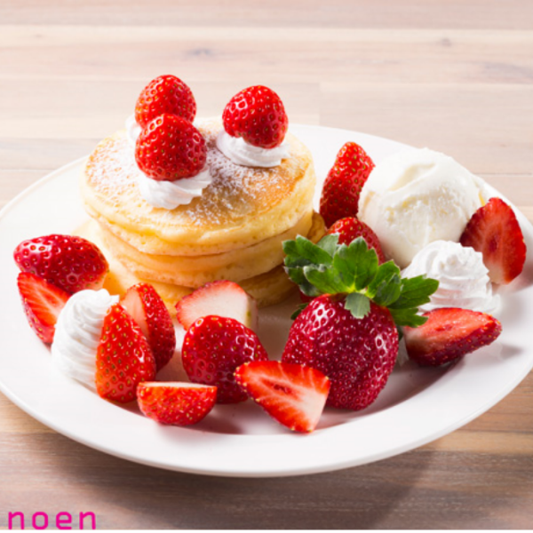 «딸기 팬케이크»아침 채취 익은 딸기가 듬뿍 탄 팬케이크