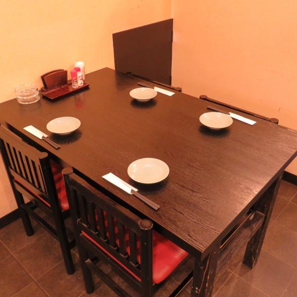 4名掛けのテーブル席は2卓♪会社帰りのサク飲みや女子会などに◎