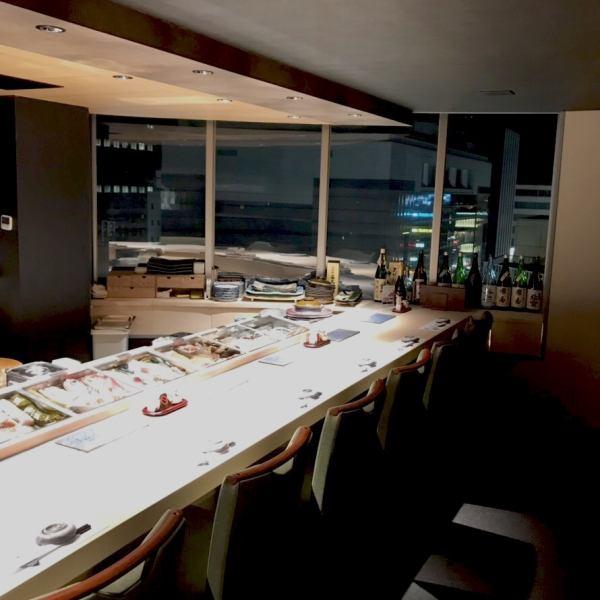 夜景を望める店内。カウンターからも個室からも景色を楽しむことができます。カウンター席は職人の手さばきを目の前でお愉しみください。