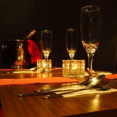 【日期和聚會的理想選擇☆】紅色和黑色統一的時尚內飾,__派對以及約會◎指導一個美好的夜晚與課程和葡萄酒♪