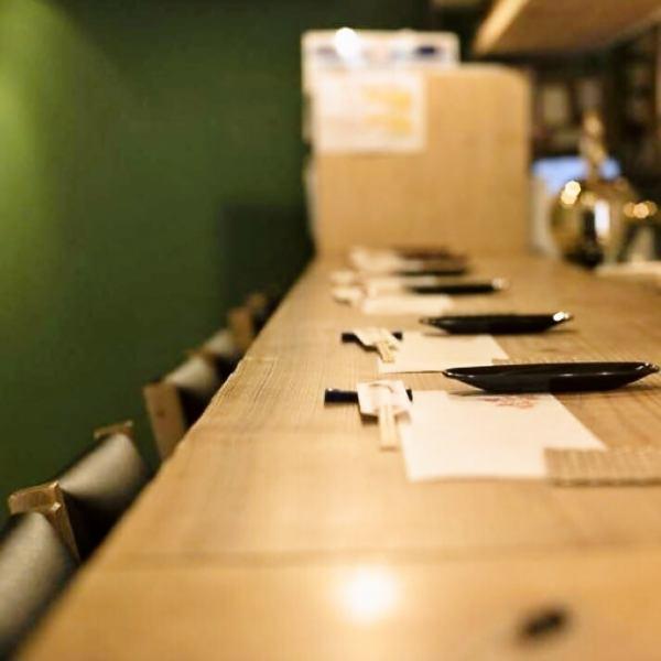 カウンター席14席の小さなお店。お寿司と天ぷらをメインに、一つ一つの料理をお客様のタイミングで味わって頂けます。