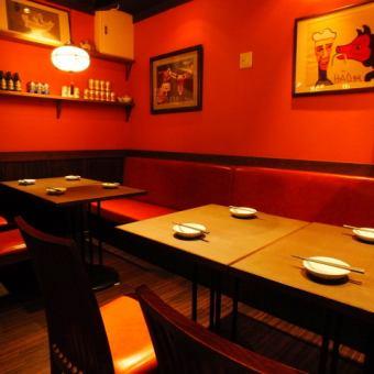 テーブル4~8席テーブル配置を変えれるので中型宴会にもご利用頂けます店内の装飾にはこだわりあり!お洒落な装飾品は女性の方に大人気です。女子会/合コン/接待/宴会/同窓会/歓送迎会/2次会