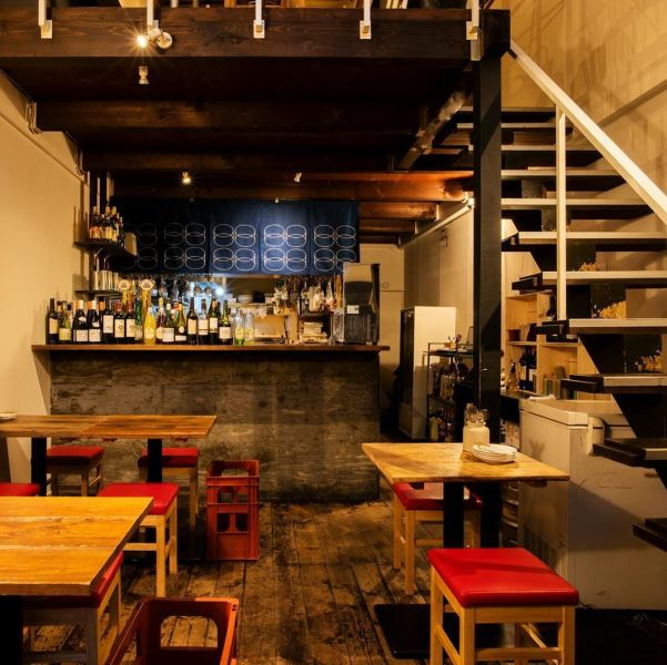 【1樓】空曠的柱廊。擁有復古的內飾,結合了酒吧的氛圍和酒吧的氛圍。我們也歡迎下班回家途中的飲料!翻新舊私人住宅的時尚內飾是一種平靜的氛圍,在某處感覺懷舊。