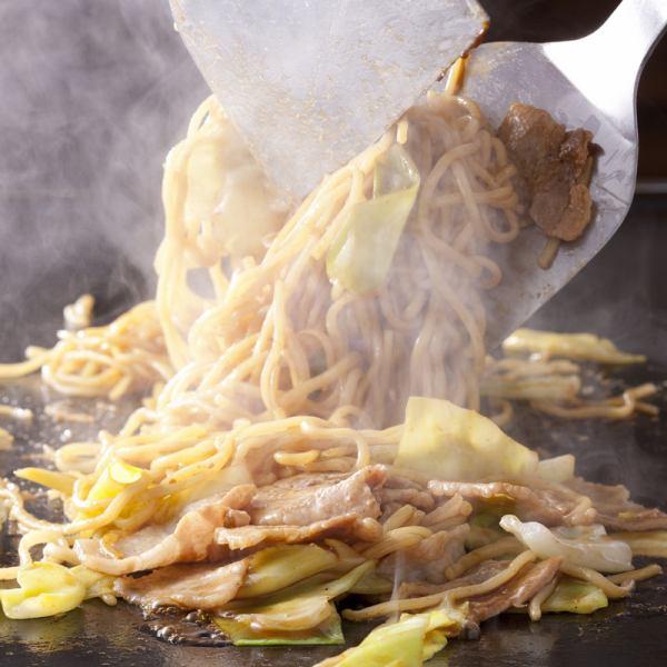 もんじゃ横丁限定の絶品もっちり太麺が人気!!横丁流 ソース焼きそば 680円