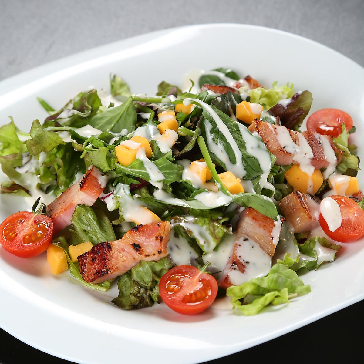 빨간색 흰색 특제 샐러드