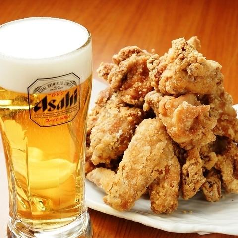 凉爽的冰镇啤酒是最好的烤鸡肉串,炸鸡!