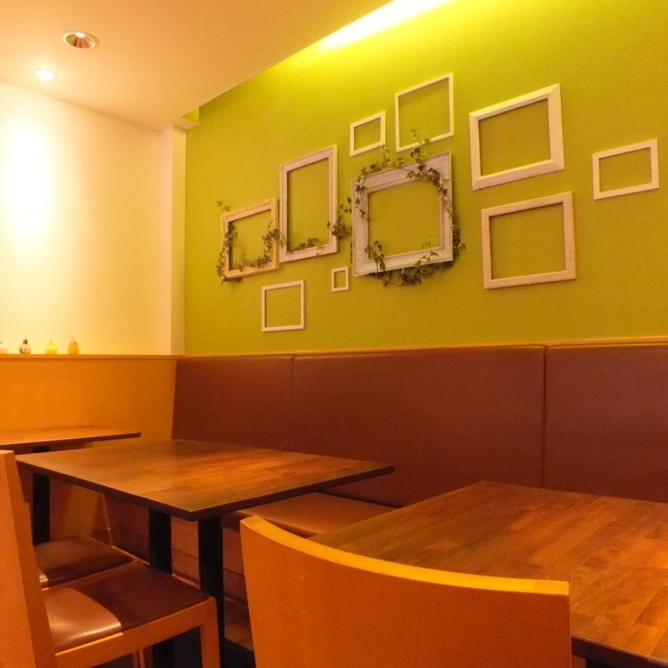奥のテーブル席は緑の壁が特徴★