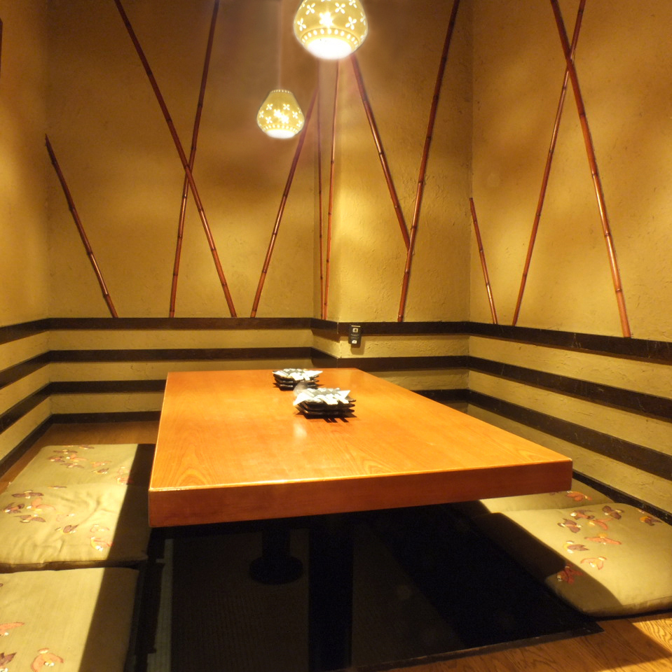 Private room with a hideout digging type ♪ It is convenient for small drinks, company banquets, drinking party with friends, etc.!