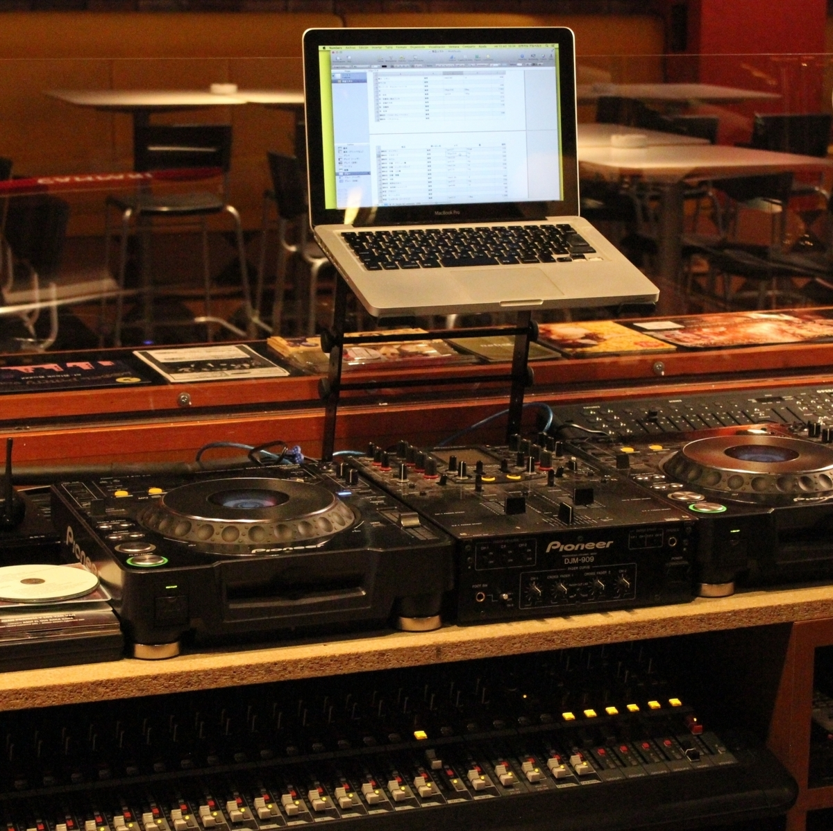 ■ There is a DJ booth (CDJ & Mixer) Yes ■