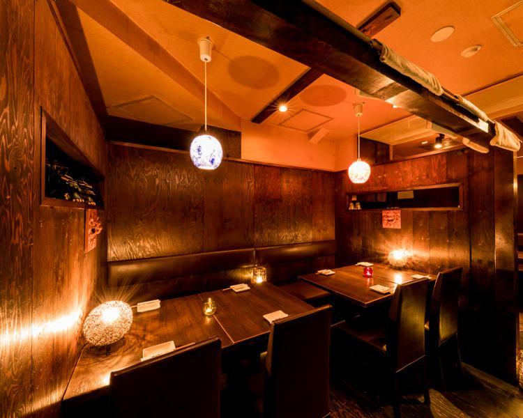 ほんのりあたたかい琉球ガラス照明と木のぬくもりを感じる半個室!!健康・美容にも効果バツグン!産地直送の沖縄食材をふんだんに使った創作料理が人気です!誕生日・記念日にクーポンを使えば、かわいい花火・名前付きデザート盛り合わせと写真プレゼント!