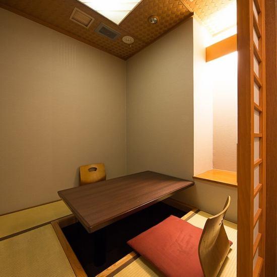 木を基調とした全席個室空間。2名個室でごゆっくりお寛ぎ下さい