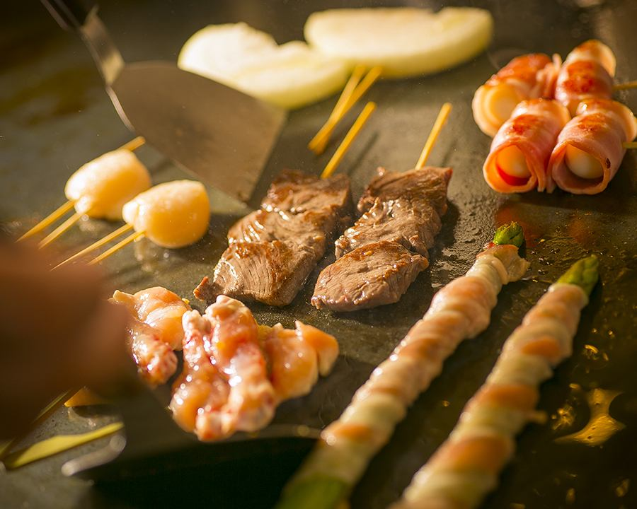 用铁板烤100%橄榄油烤肉(肉类,海鲜,蔬菜)。