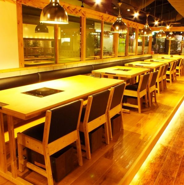 カウンター&テーブル席は店内が見渡せて開放感抜群!
