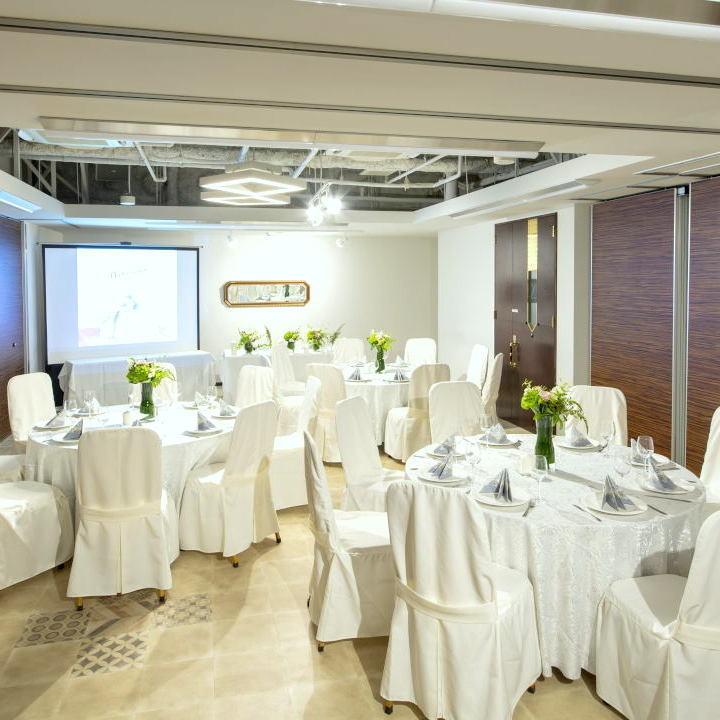 宴会的最多人数为220人(晚餐时最多250人)。推荐用于婚礼仪式和各种派对。
