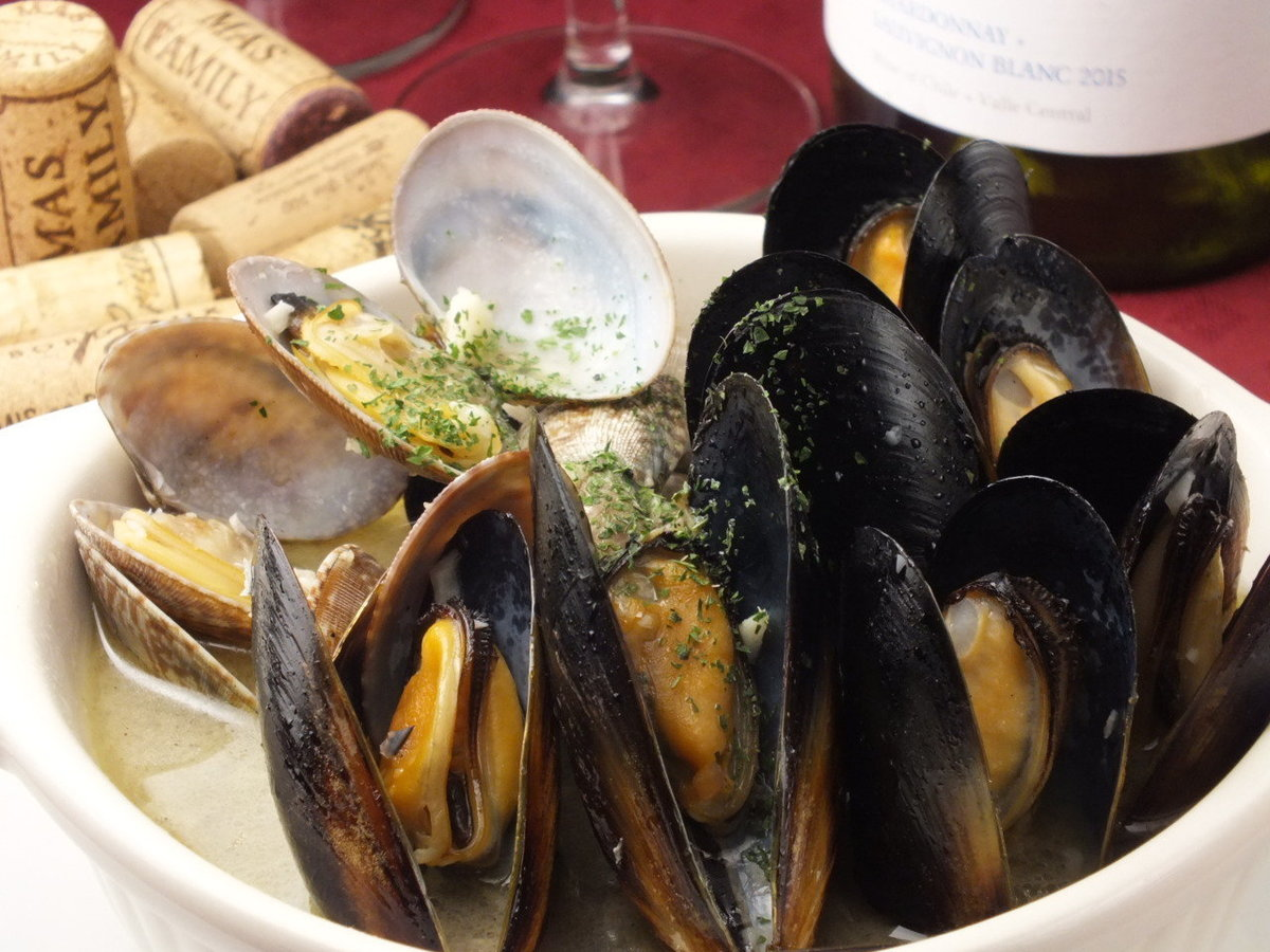 Steamed mussels and clams with white wine