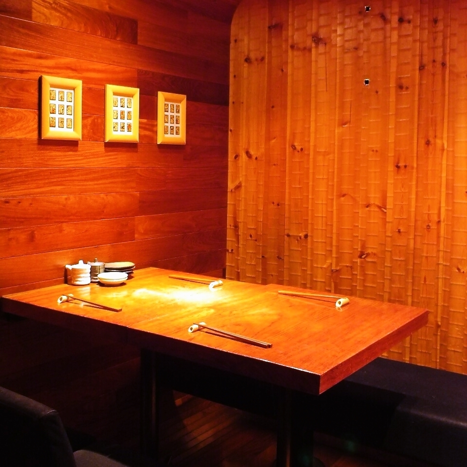 Recommended table seat for 2 to 3 people with dividers.Without worrying about the surroundings, you can relax and have your meal pleasant.