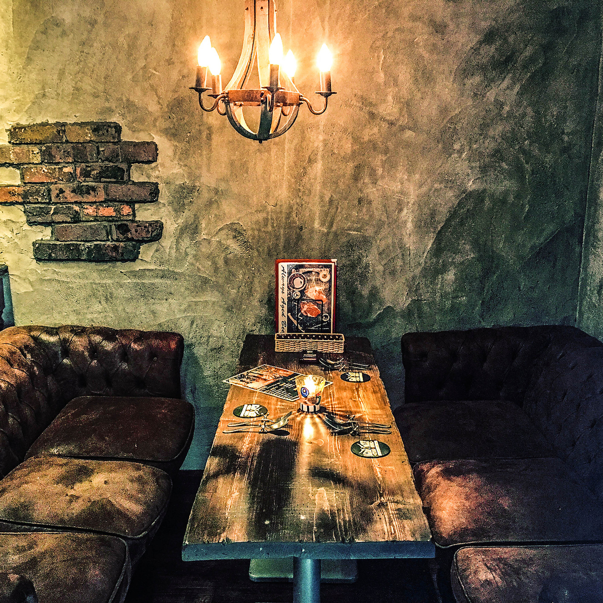 ★ Vintage · Chesterfield Sofa ★ Wall is decorated concrete and antique chandelier ◎ The atmosphere is also relaxing sofa Vintage sofa seat very relaxing.Atmosphere ◎ with vintage table using old trees on the table top