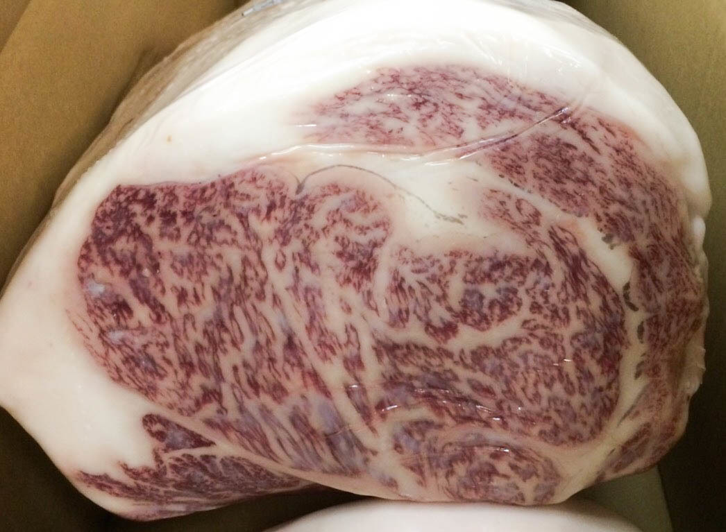 We also offer rare parts of high-quality Matsusaka beef which aged 40 days, such as kainomi, misuzi, tomosanaku, ribulose, chili pepper, sirloin etc., from time to time.