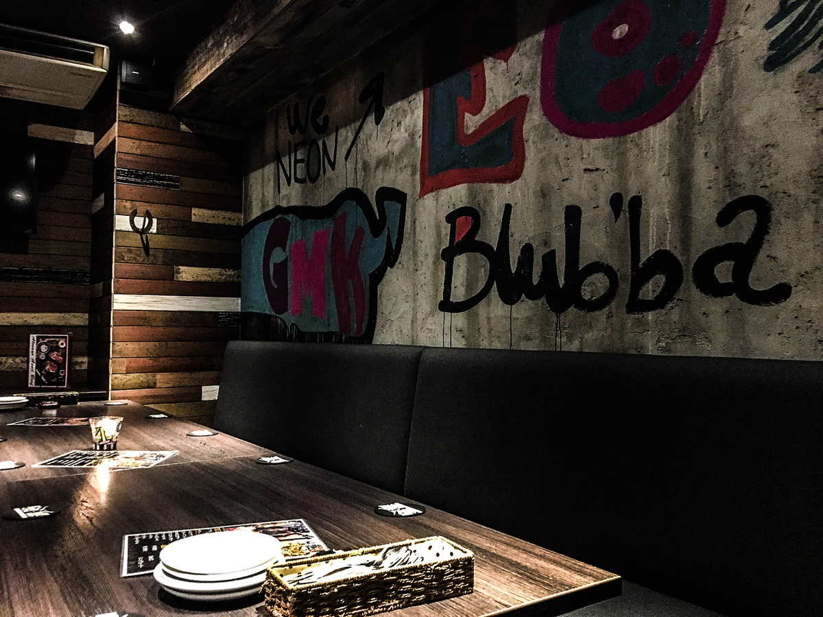 ★ 10 people - half available for private rooms ★ It is possible to book up to 20 people.Drawed on concrete that imagined the street art of NY Mirror painting backed with illumination Dark adult atmosphere ♪