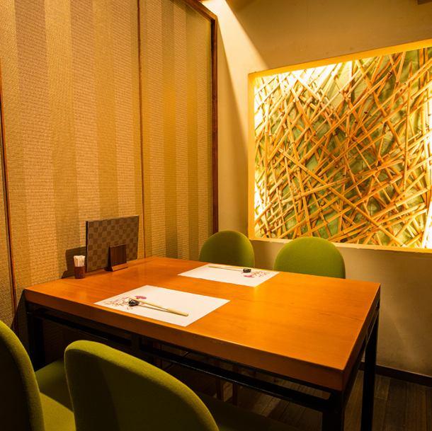 【4名様までのテーブル完全個室】最大18名様までのご宴会可能です。個室での宴会、会食、お食事会にぜひ。人数に合わせ、4名~8名様までの個室もご用意致します。お料理はもちろん、サービスや落ち着いた空間作りにもこだわっておりますので、大切な日や思い出になる日にぜひ。【三宮/宴会/接待/個室/和食/記念日】