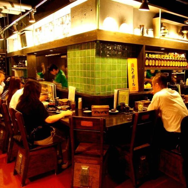 店内は活気があふれ、スタッフの威勢のいい声も飛び交う!日本三大焼鳥はもちろん焼鳥各種、自慢の焼酎と合わせて!