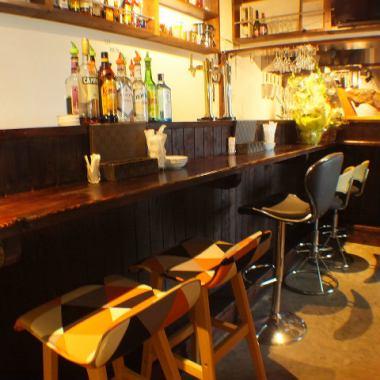オシャレな雰囲気をゆっくり過ごすことができるカウンターもおすすめ♪女性同士のご利用やカップルのデートはもちろん、当店では常連様が、おひとりでいらして、お食事、お酒を楽しむ方も多いです♪お仕事帰りのサク飲みにも♪ハッピーアワーもやってます♪ワイングラス赤・白・スパークリング、プレモルも300円!