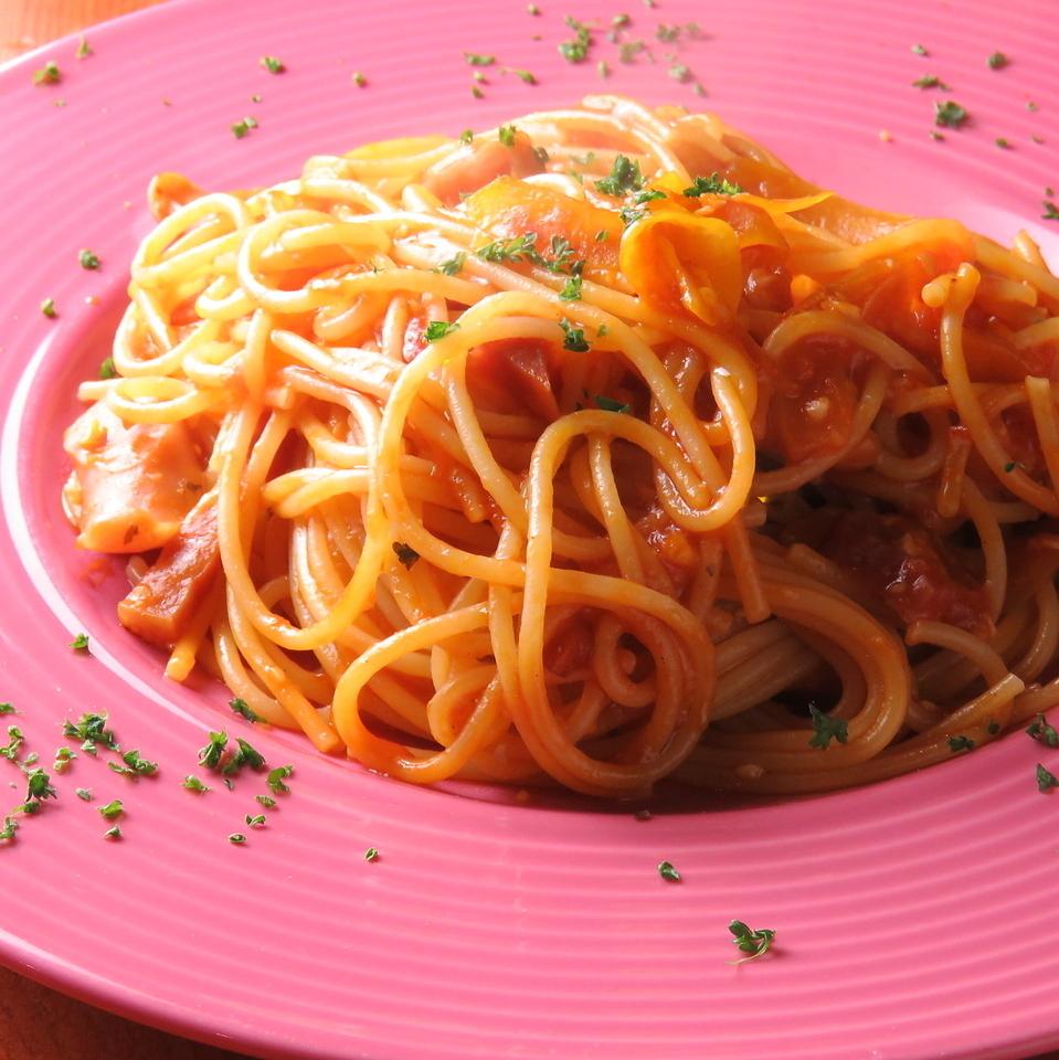 신선한 토마토와 베이컨 기름 스파게티
