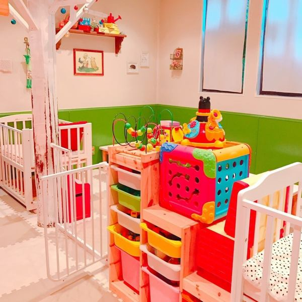 We set up a safety fence so that children can not get out of the reach of the eyes.Besides, we have laid secure baby beds and full cushion mats for children with children !!