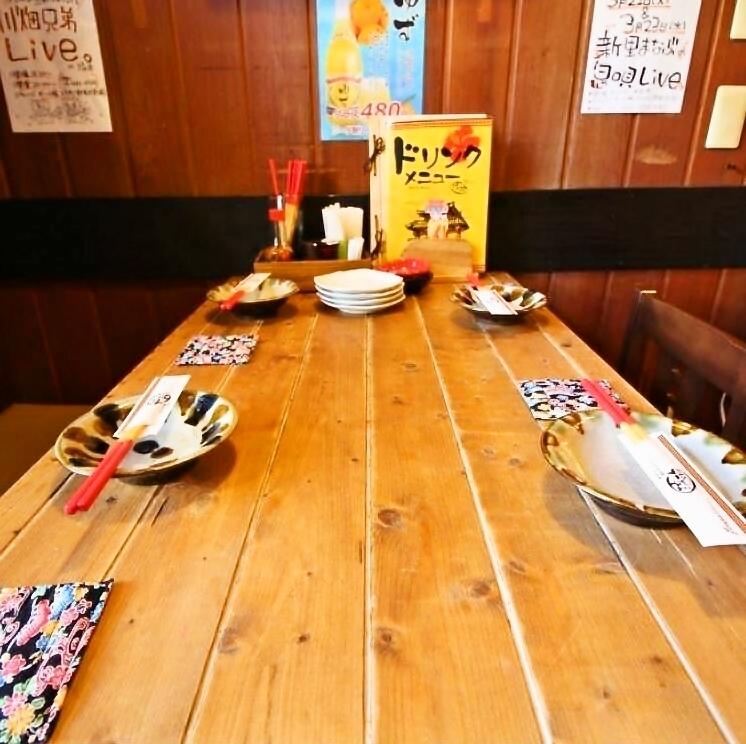 桌子由木头,木头制成。