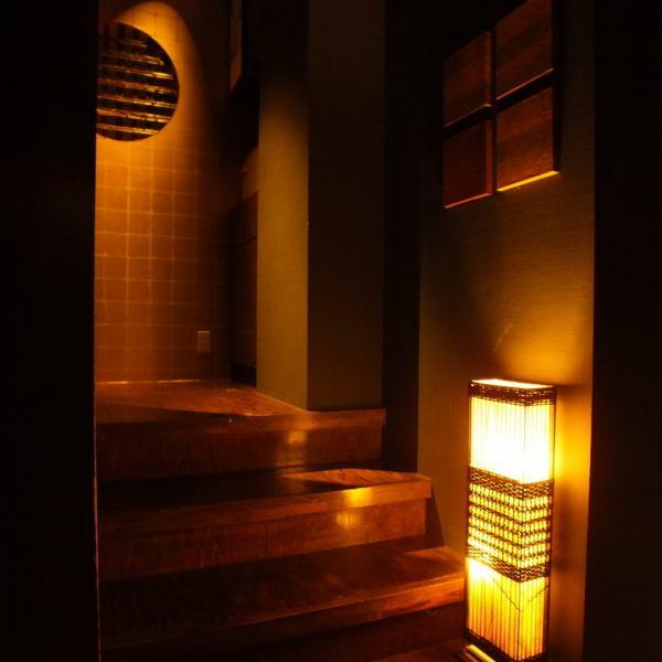 """在一个充满温暖的木材的平静的商店里面。在充满温暖光线的""""Ichiro"""",它是推荐用于各种场景的座位,如饮酒派对,宴会,女孩派对,生日派对。"""