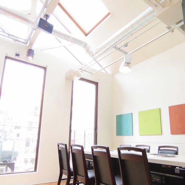 【2階席】天窓が付いた開放的な空間!カジュアルにお食事を楽しめる焼肉店です。