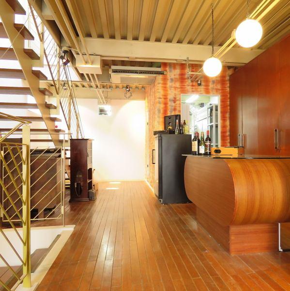 【1階】正面入口を開けると受付カウンターが御座います。アンティークや、上下階に繋がる吹き抜け階段がラグジュアリーな雰囲気。