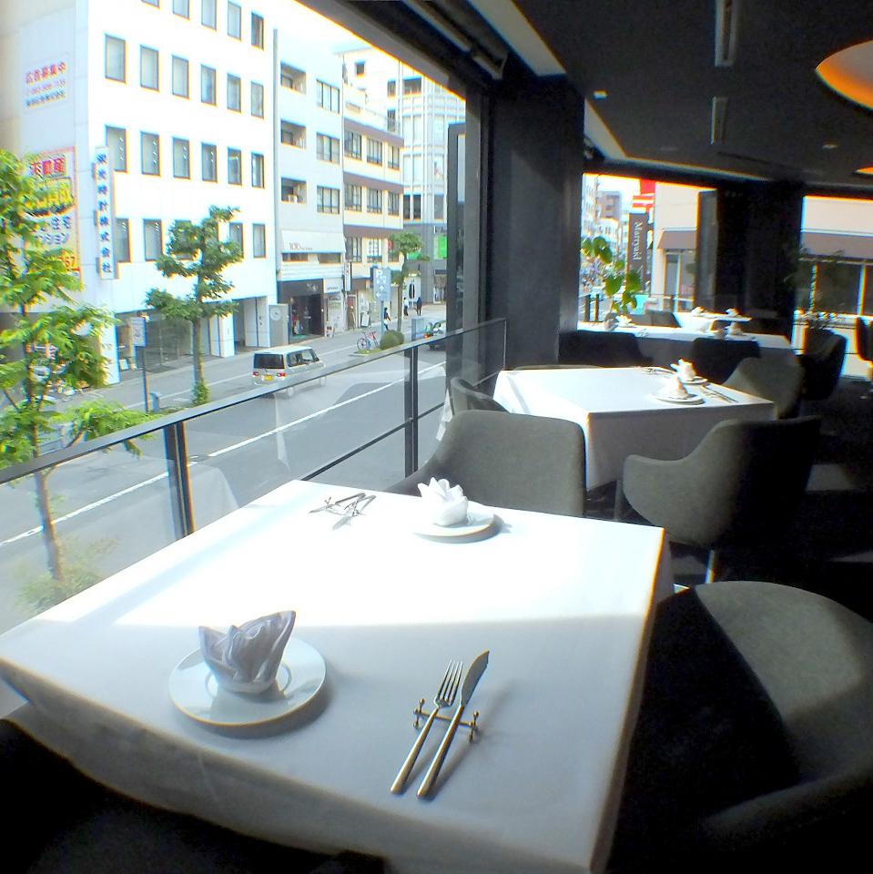 當天氣晴朗時,可以俯瞰Namiki Street的窗戶側座位是開放式露台。