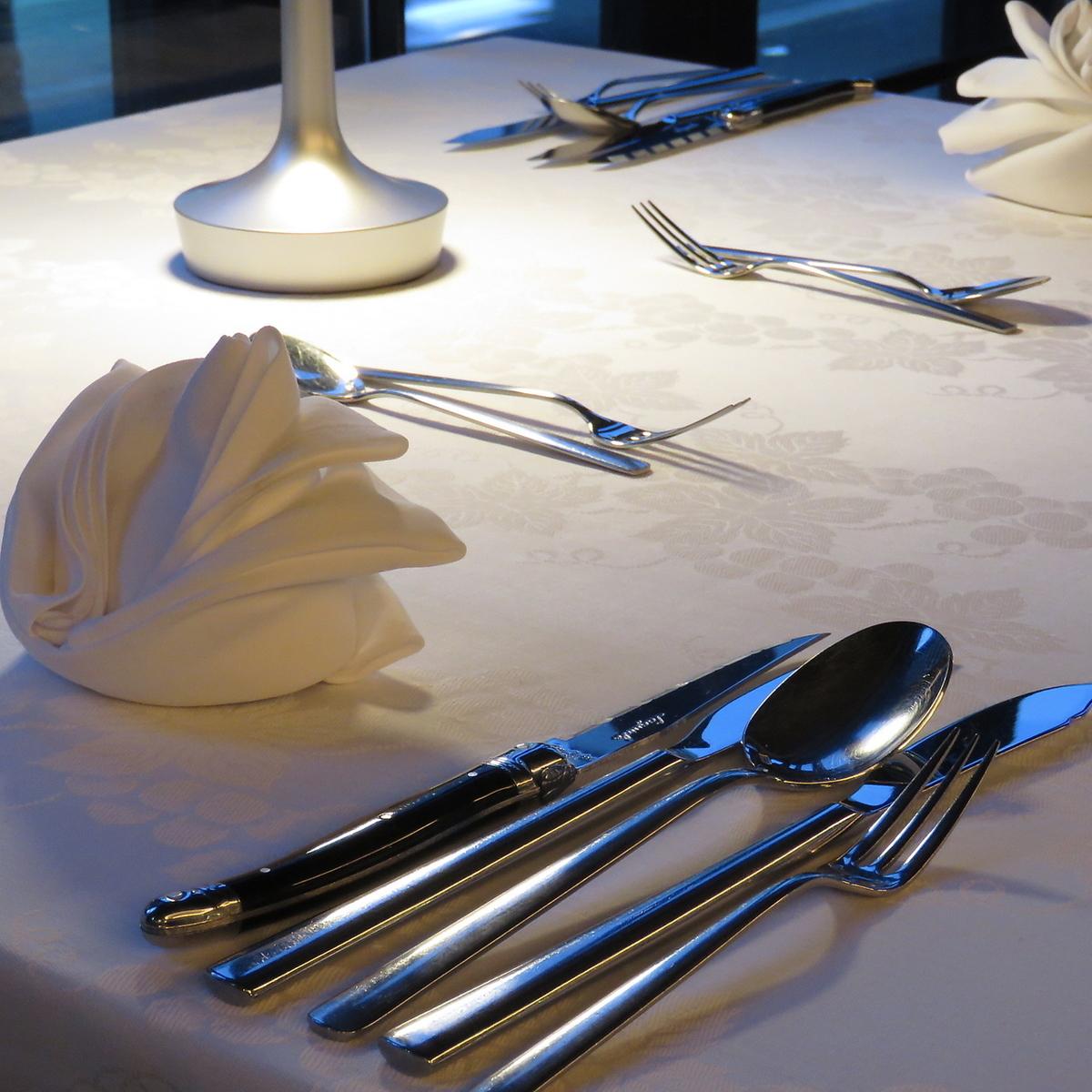 我們堅持使用銀和餐巾,這樣您就可以在精緻的空間享用美食。