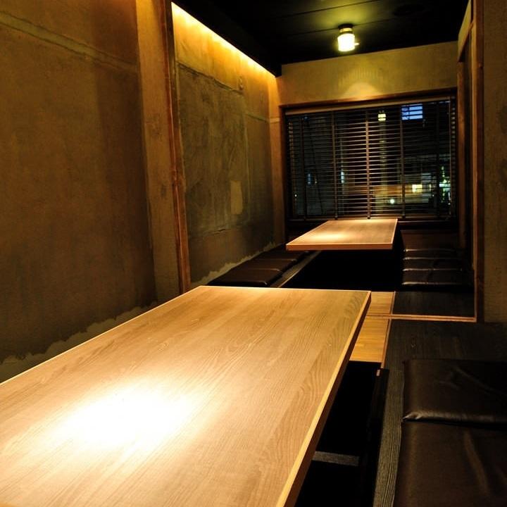 シンプルな色調が心落ち着く掘りごたつ席は大人の宴会にもってこい!6名様と8名様で2部屋ご用意できます。ご要望がございましたら仕切りをなくし最大18名様のご宴会も可能です。落ち着いた空間のため接待での宴会にもあいますよ!!