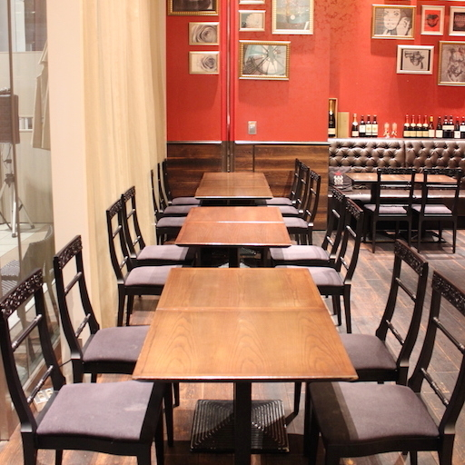 窓際のテーブル席は配置によって様々な規模でお席をご用意可能です。こちらは12名様でのパーティを想定したセッティングとなっております。