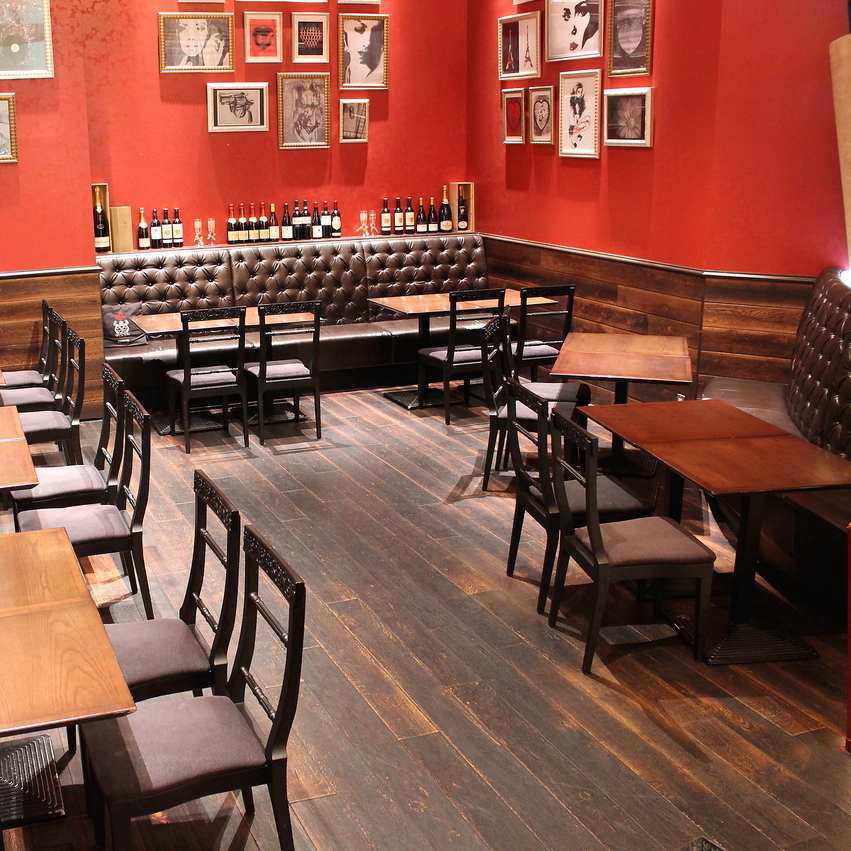 Easy table seat easy to use for returning to work or returning from shopping.The ceiling is in colonnade, it is an open atmosphere.