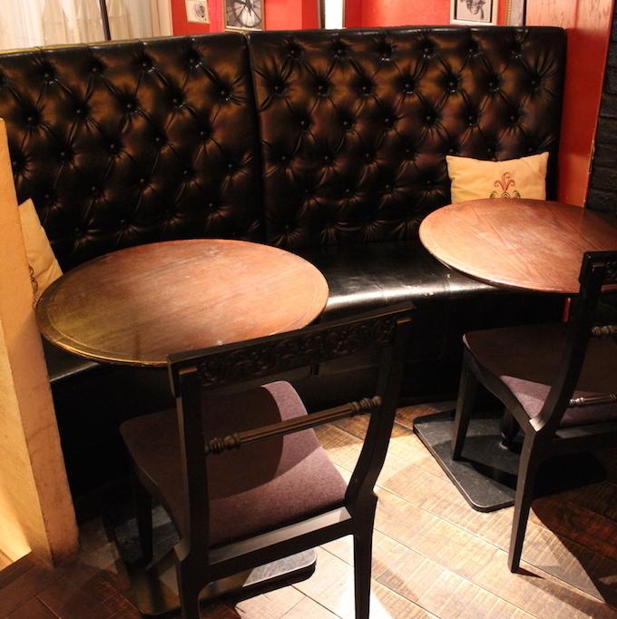 검은 가죽 소파가 기분 좋은 커플을위한 좌석도 준비.조금 라이트 다운 된 환상적인 공간.(흡연 가능 ※ 토 일 공휴일 만 17:00 이후 흡연 가능)