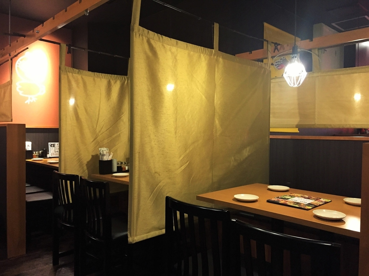 Table seat with curtain divider ♪