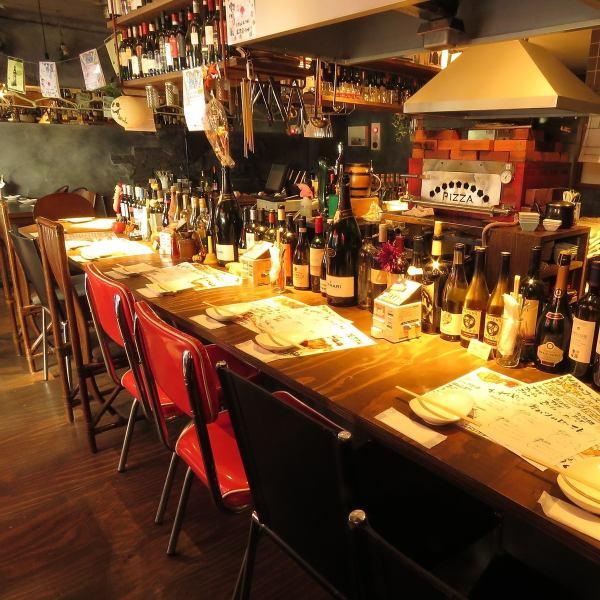 【イタリアの厳選されたワインが目白押し】初めての方でも安心。スタッフが丁寧に「お店のこと・料理のこと・ドリンクのこと」を説明いたします。初めてでも楽しめること間違いなし!お料理に合うワインもお選びいたしますので、お気軽にスタッフにお声掛けください。カウンター席はデートや女子会にもおススメです!