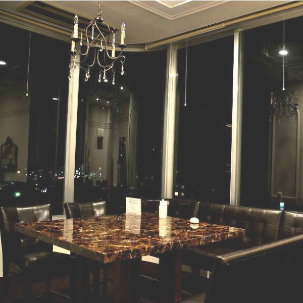 店内奥にある個室は接待にもぴったりなプライベート空間。ガラス張りの窓からは石垣の夜景・海が眺望できます。