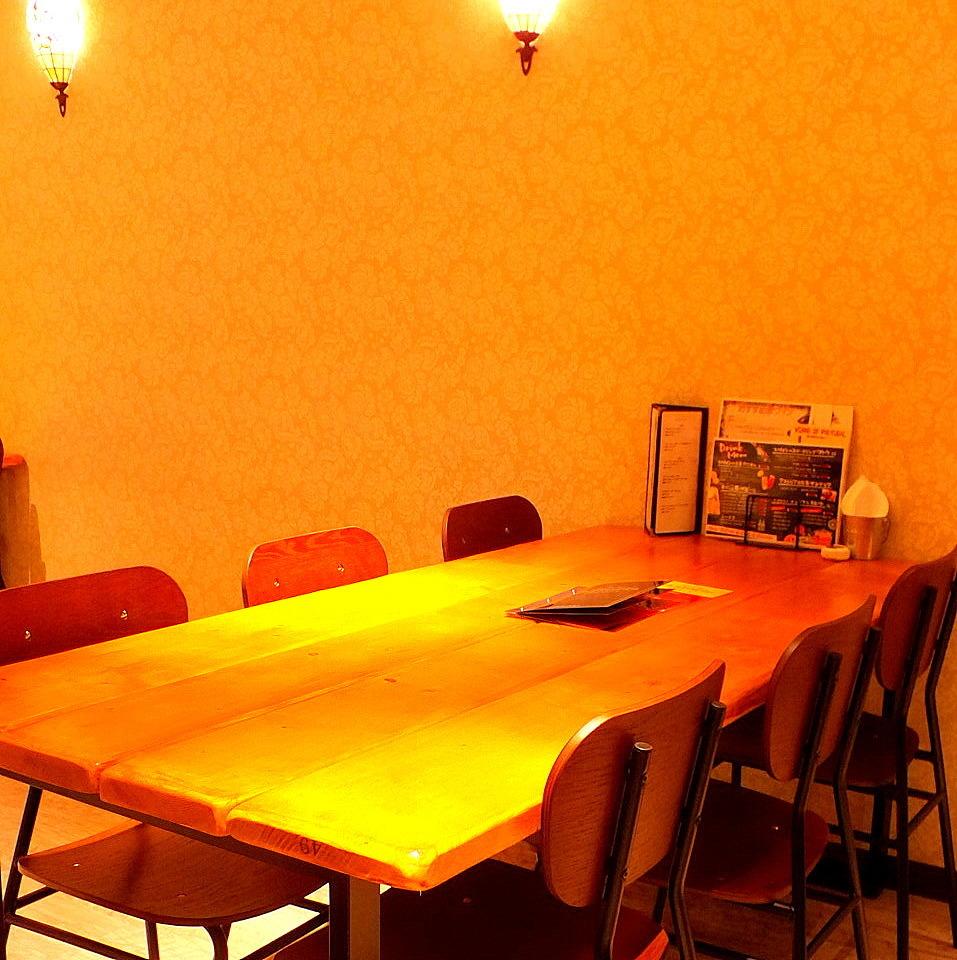 테이블 석 (2F : 2 명 ~ 최대 32 명까지 수용 가능)