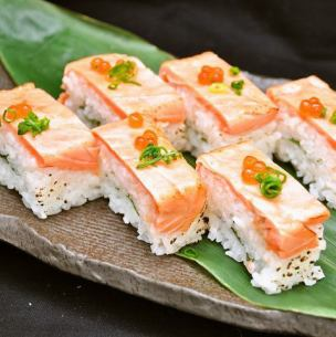 Grilled salmon pushed sushi