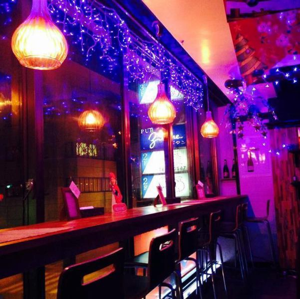 【キラキラお洒落な店内】昼間はウッド調の店内が可愛いカフェ♪夜はキラキラとした照明が輝くチョコレートバーに変身★ちょっとしたカフェ休憩や、食事使いまで様々なシーンに◎