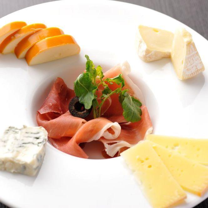 生ハムとチーズの盛合わせ