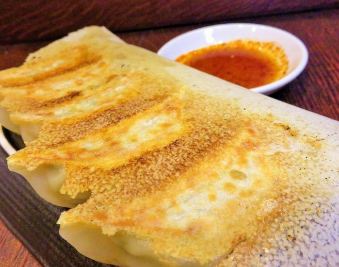 立川で餃子と言えばさんくみ! 素材にこだわった、上質な餃子をぜひご賞味ください。