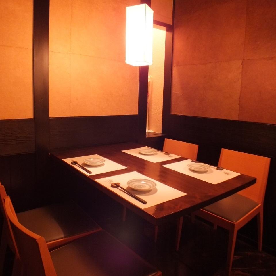 [4 인 테이블 석】 차분한 일본식 공간 개방감있는 테이블 석에서 식사를 즐기실 수 있습니다.예약없이 내점도 OK.부담없이 들러주세요.