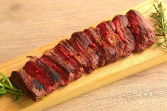 貴重な牛のステーキを網焼きで!